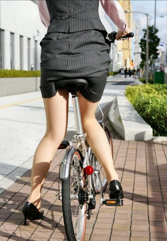 素人OLのめくれたタイトミニパンモロ自転車盗撮エロ画像12枚目