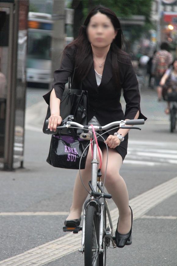 素人OLのめくれたタイトミニパンモロ自転車盗撮エロ画像14枚目
