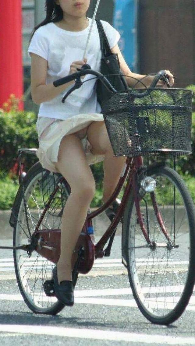 素人OLのめくれたタイトミニパンモロ自転車盗撮エロ画像16枚目