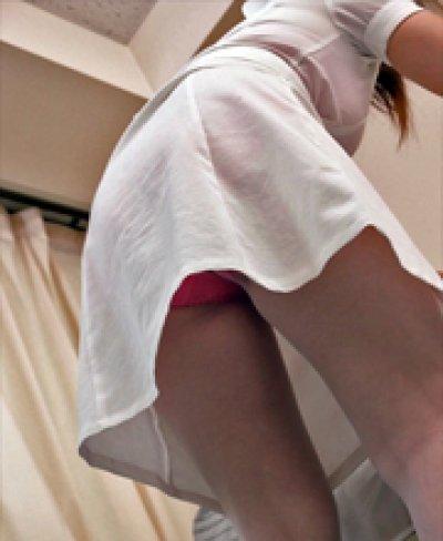 新人ピンク白衣ナースの純白逆さ下着盗撮エロ画像14枚目