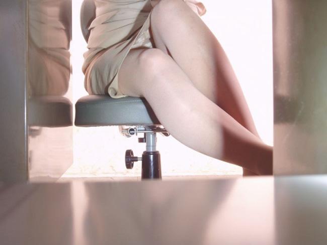 制服OLが椅子に座って油断した三角パンチラ盗撮エロ画像8枚目