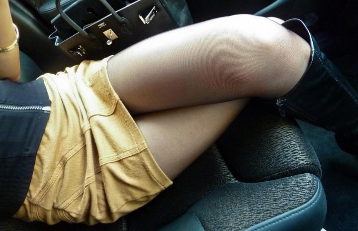 生足で美脚なOLのタイトスカート盗撮エロ画像2枚目