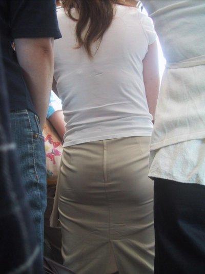 生足で美脚なOLのタイトスカート盗撮エロ画像13枚目