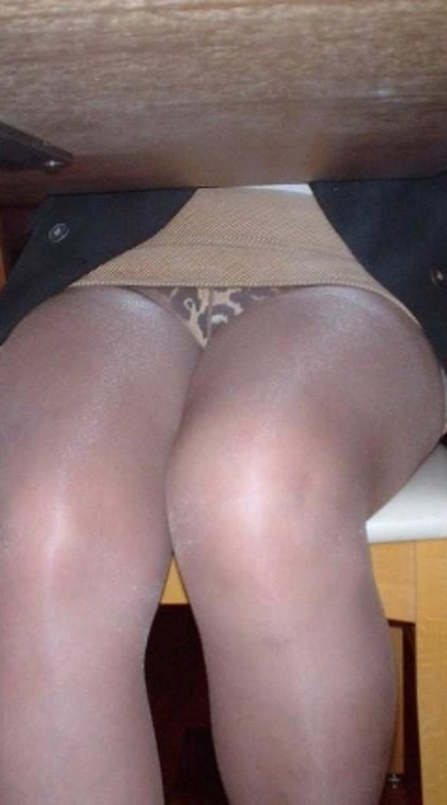 OL熟女の無防備タイトスカート三角パンチラ盗撮エロ画像10枚目