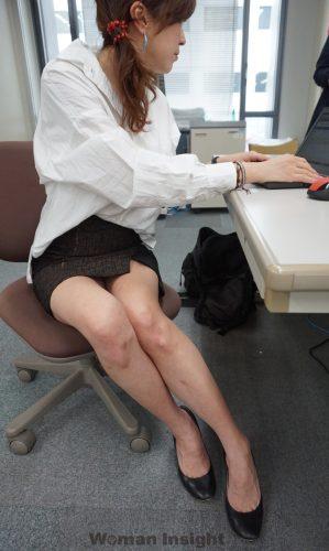 OL熟女の無防備タイトスカート三角パンチラ盗撮エロ画像15枚目