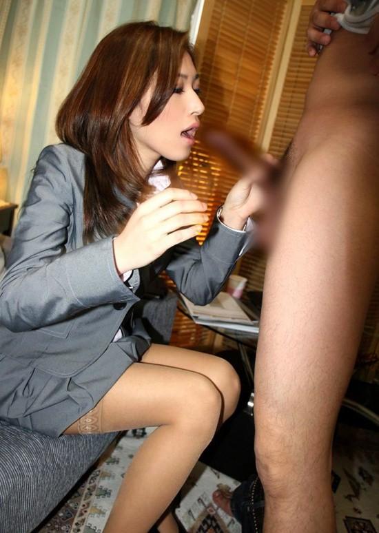 ビッチOLの会社内で毎日行われている調教SEXのエロ画像2枚目