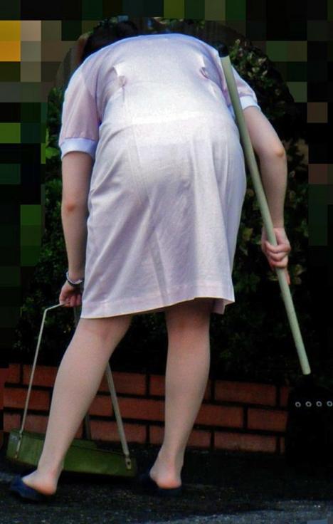 モロ透け下着のナースの白衣の巨尻を盗撮エロ画像2枚目