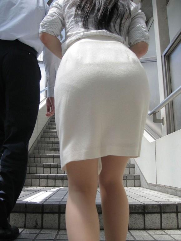 巨尻OLのタイトスカートのパンティライン盗撮エロ画像1枚目