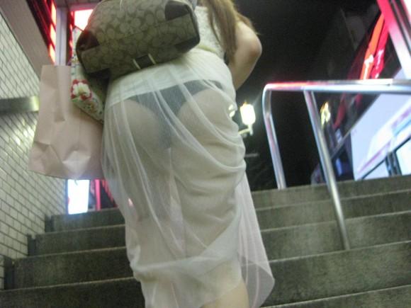 巨尻OLのタイトスカートのパンティライン盗撮エロ画像4枚目