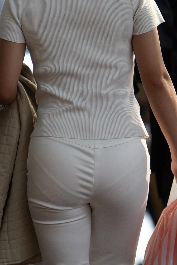 巨尻OLのタイトスカートのパンティライン盗撮エロ画像10枚目