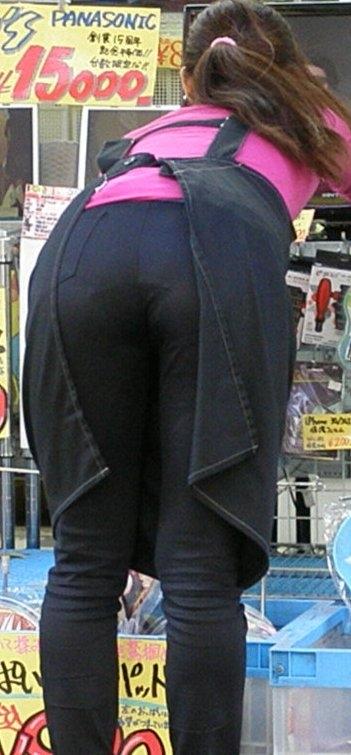 巨尻OLのタイトスカートのパンティライン盗撮エロ画像12枚目