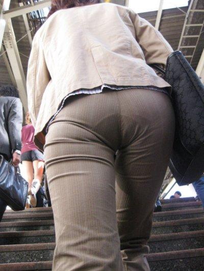 巨尻OLのタイトスカートのパンティライン盗撮エロ画像16枚目