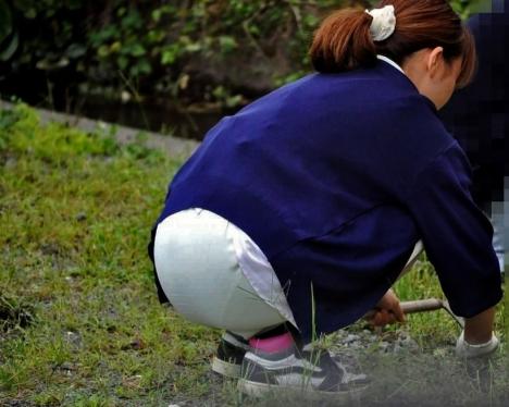 雑草を除去する白衣ナースの透け下着盗撮エロ画像1枚目