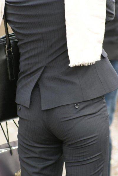 巨尻OLのタイトスーツに食い込むパンティラインエロ画像7枚目