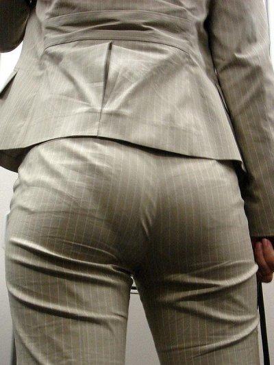 巨尻OLのタイトスーツに食い込むパンティラインエロ画像13枚目