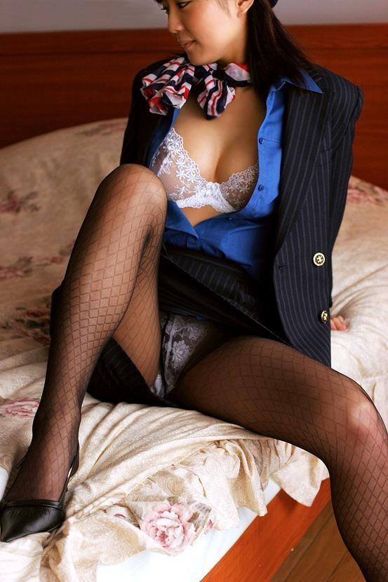 美脚CAの黒パンストの魅惑的なヤリマン風露出エロ画像3枚目