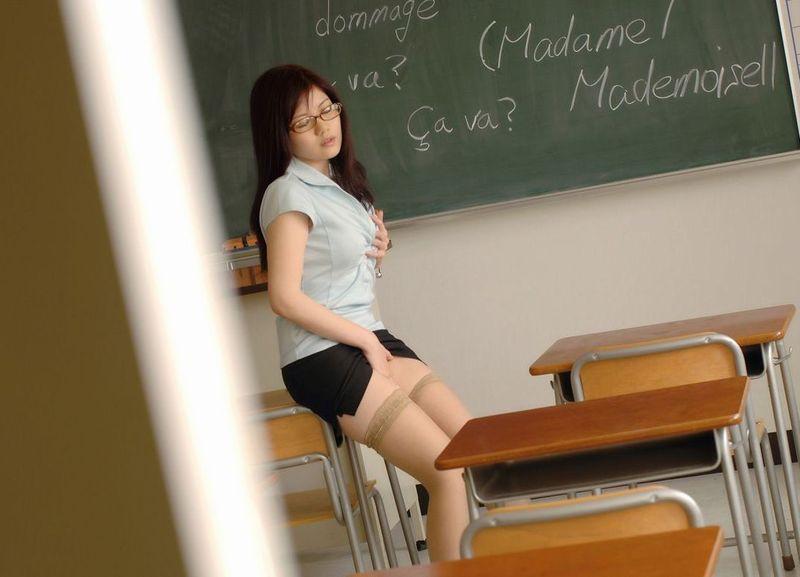 淫乱女教師がノーパンで童貞生徒を誘惑してるエロ画像16枚目