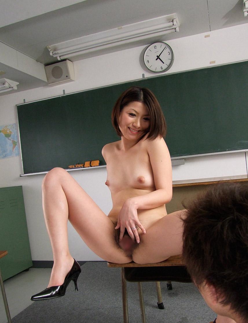 淫乱女教師がヤリたがりの生徒を童貞狩りしたエロ画像10枚目