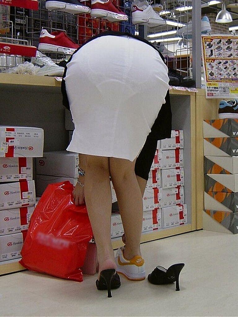 淫乱OLが食い込みタイトスカートで誘惑してるエロ画像13枚目