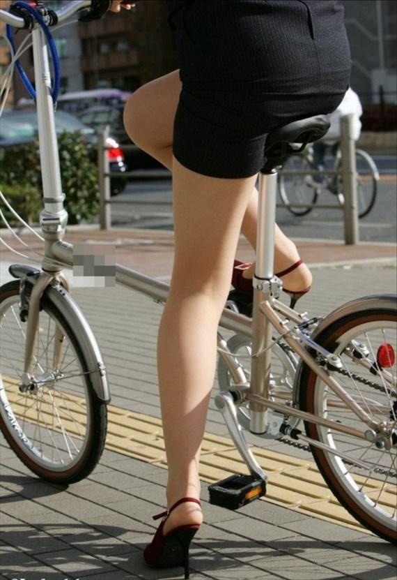 自転車OLの美脚ばかりを街角盗撮したエロ画像1枚目
