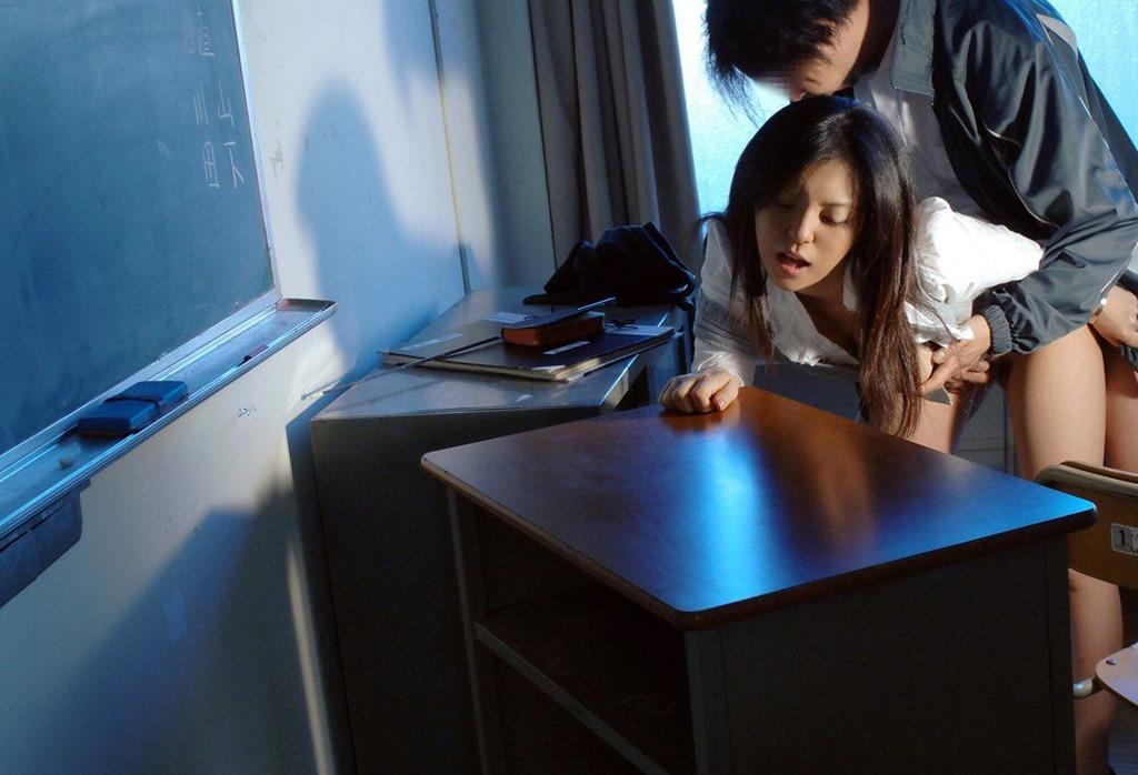 淫乱女教師が放課後に童貞生徒を喉奥フェラするエロ画像12枚目
