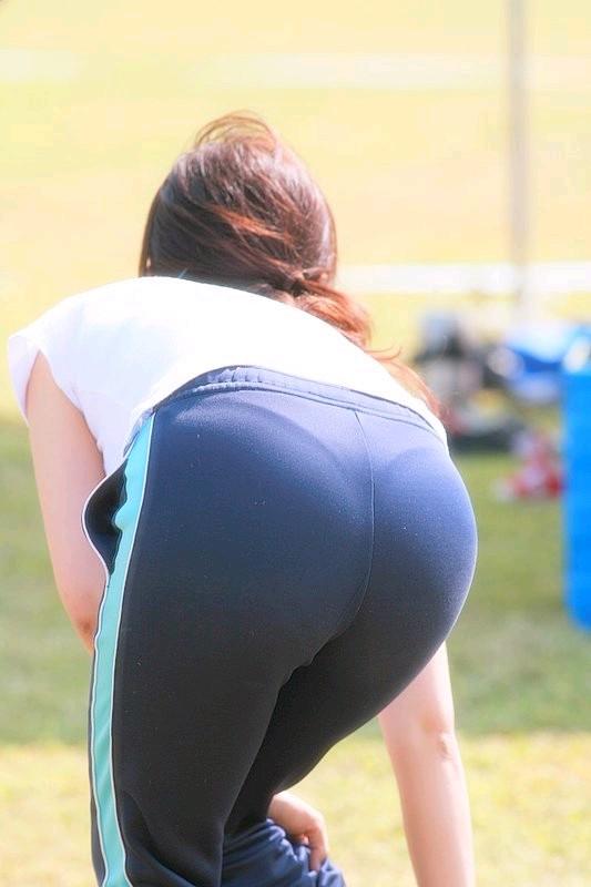 OLが休日にスポーツで汗を流すパンティラインエロ画像1枚目