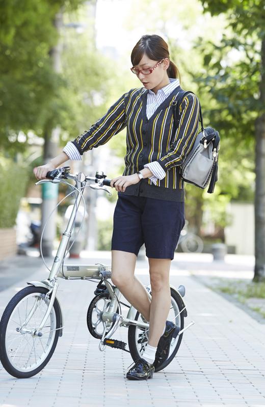就活OLの真面目に頑張ってる自転車姿の街撮りエロ画像3枚目