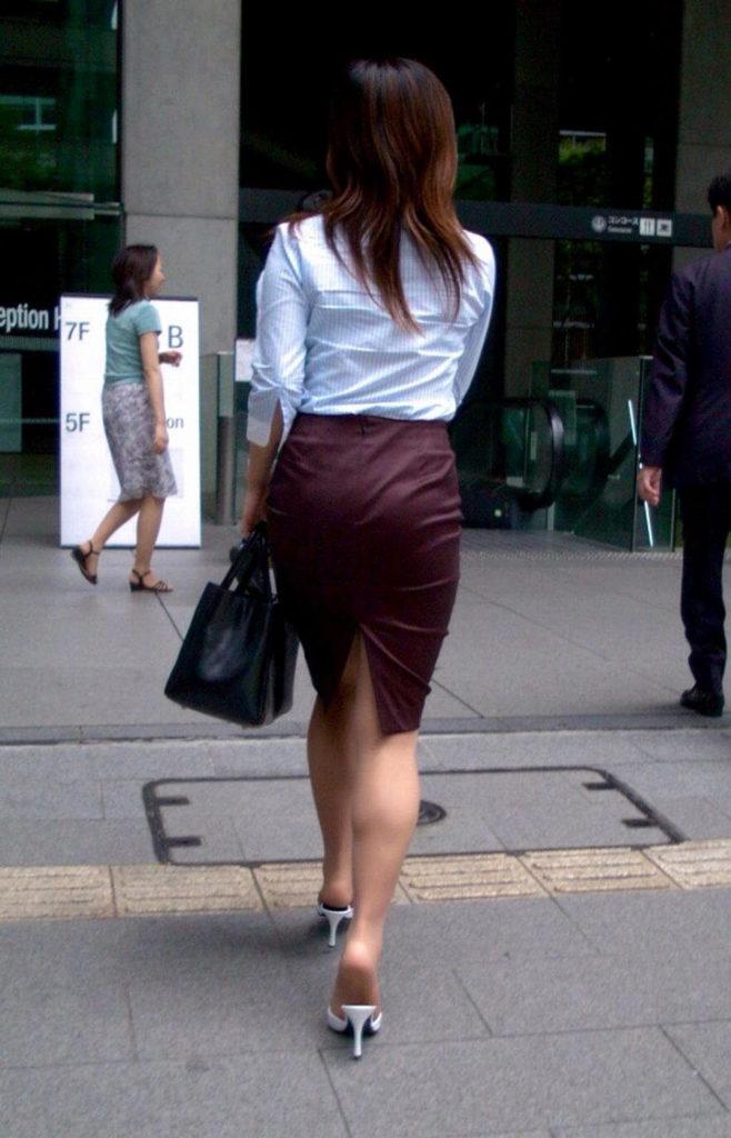 素人OLの光沢タイトスカートパンティライン盗撮エロ画像1枚目