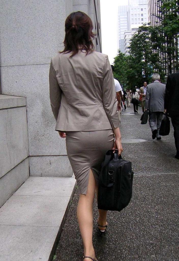 素人OLの光沢タイトスカートパンティライン盗撮エロ画像6枚目
