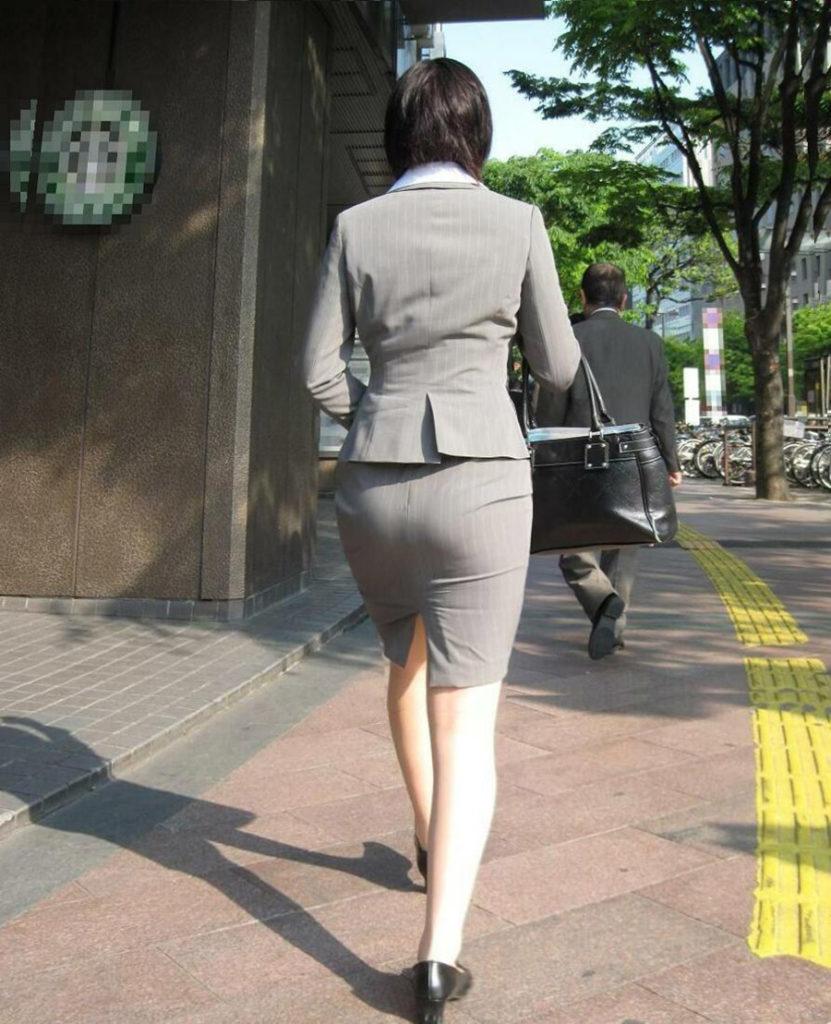 素人OLの光沢タイトスカートパンティライン盗撮エロ画像12枚目