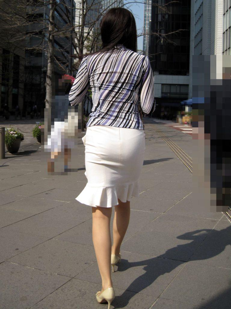素人OLの光沢タイトスカートパンティライン盗撮エロ画像13枚目