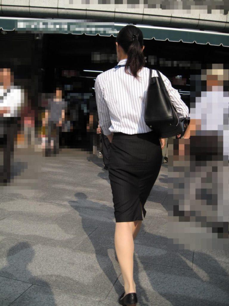 素人OLの光沢タイトスカートパンティライン盗撮エロ画像16枚目