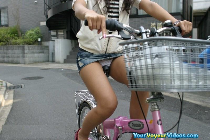 街を走るOLの自転車で張り詰めた巨尻を盗撮したエロ画像4枚目