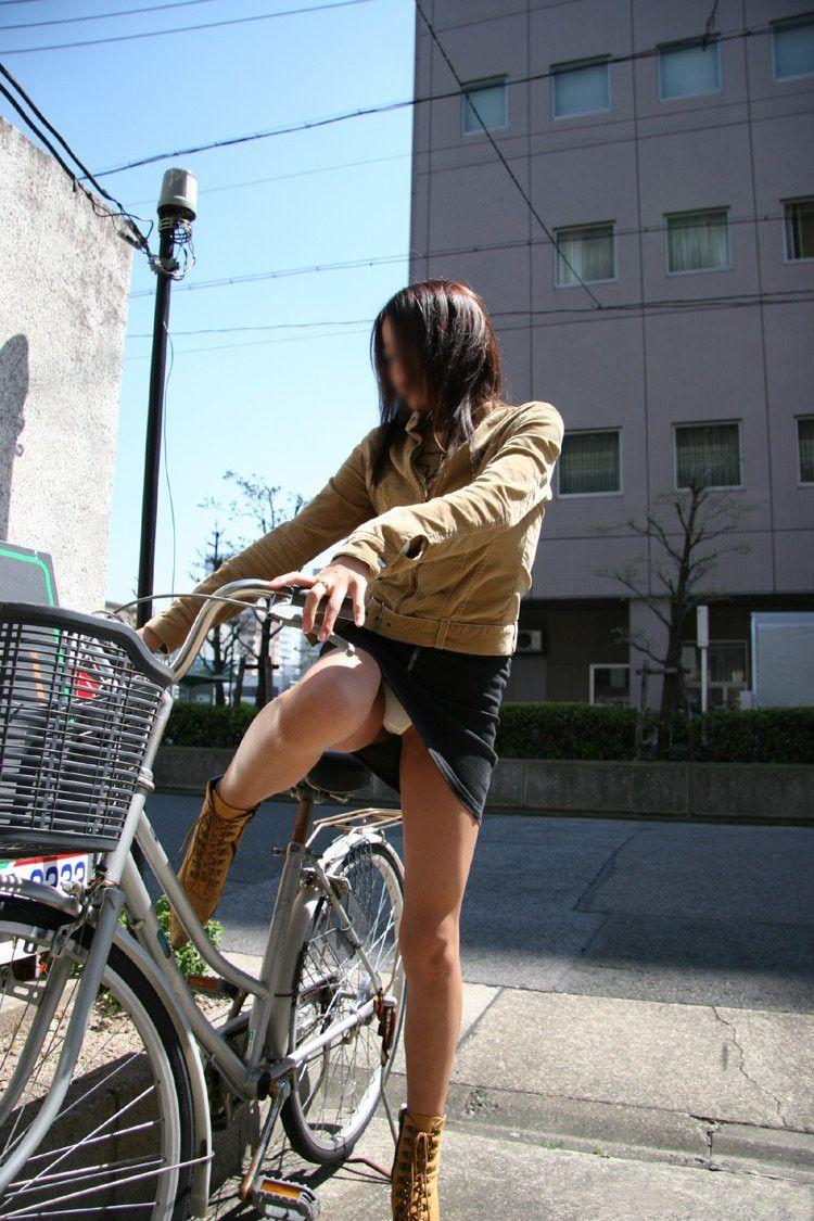 街を走るOLの自転車で張り詰めた巨尻を盗撮したエロ画像5枚目