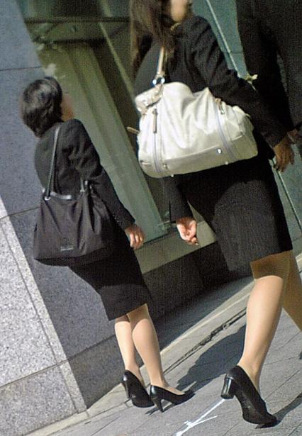 就活OLのお散歩ローターを隠して歩く街撮り淫乱エロ画像2枚目