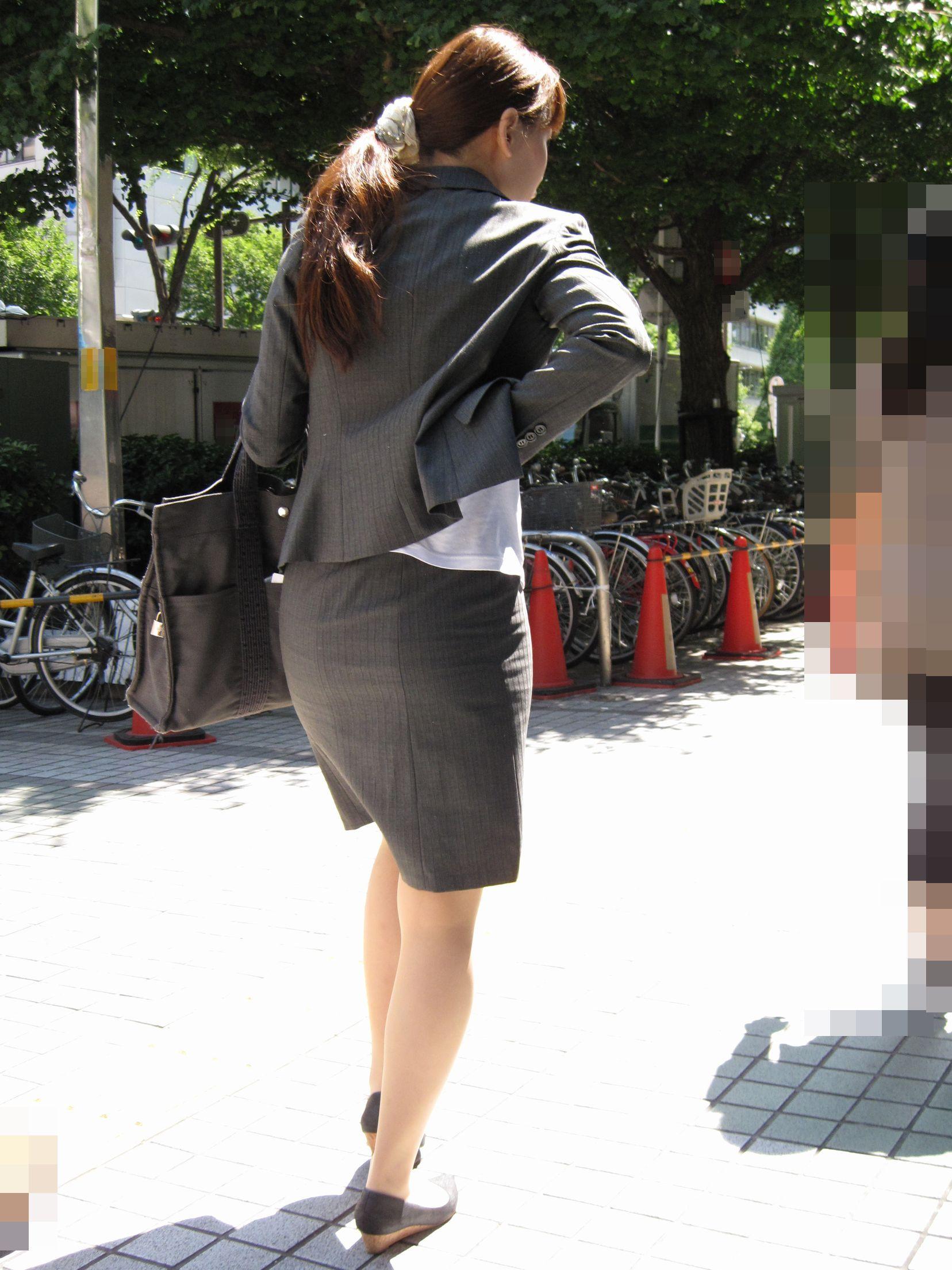 就活OLのお散歩ローターを隠して歩く街撮り淫乱エロ画像4枚目