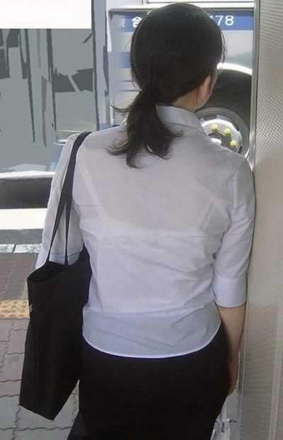 後ろ姿がエロい透けブラウスブラジャーOL盗撮画像13枚目