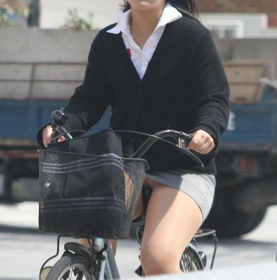 通勤OLが毎朝通る街角定点カメラで自転車盗撮のエロ画像11枚目