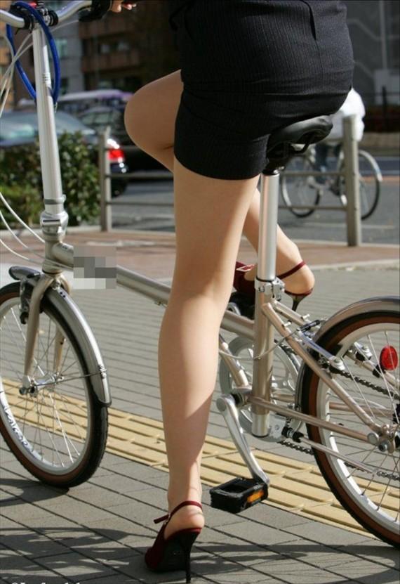 通勤OLが毎朝通る街角定点カメラで自転車盗撮のエロ画像16枚目