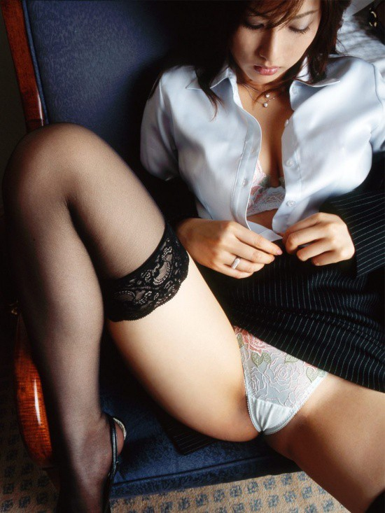 美人OLが会社内で強引にSEXを迫られるセクハラエロ画像5枚目