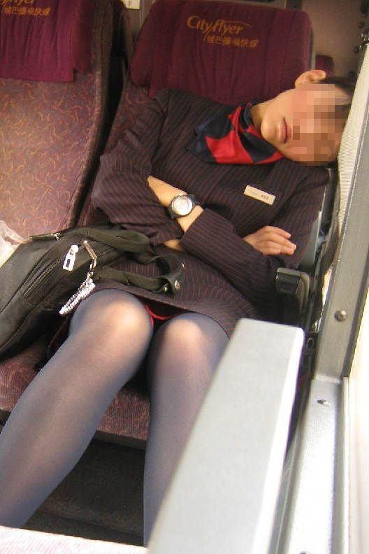 素人CAの航空会社に就業中のタイトスカート盗撮エロ画像3枚目