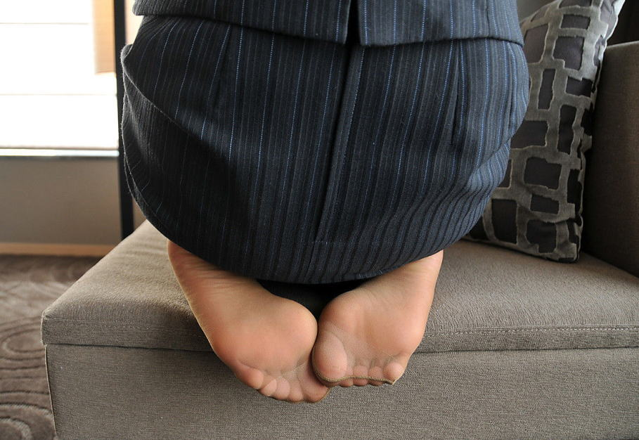 美脚OLが疲れた足を放り投げるパンストつま先のエロ画像2枚目