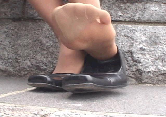 美脚OLが疲れた足を放り投げるパンストつま先のエロ画像9枚目