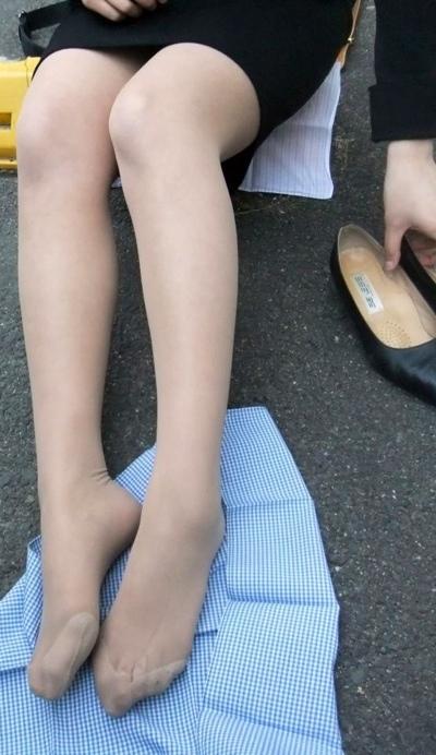 美脚OLが疲れた足を放り投げるパンストつま先のエロ画像10枚目