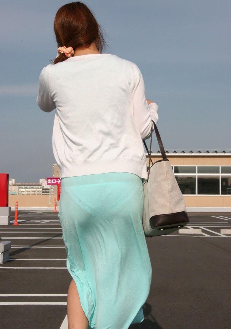 休日のOLがスーパー屋上でのパンティライン盗撮エロ画像1枚目