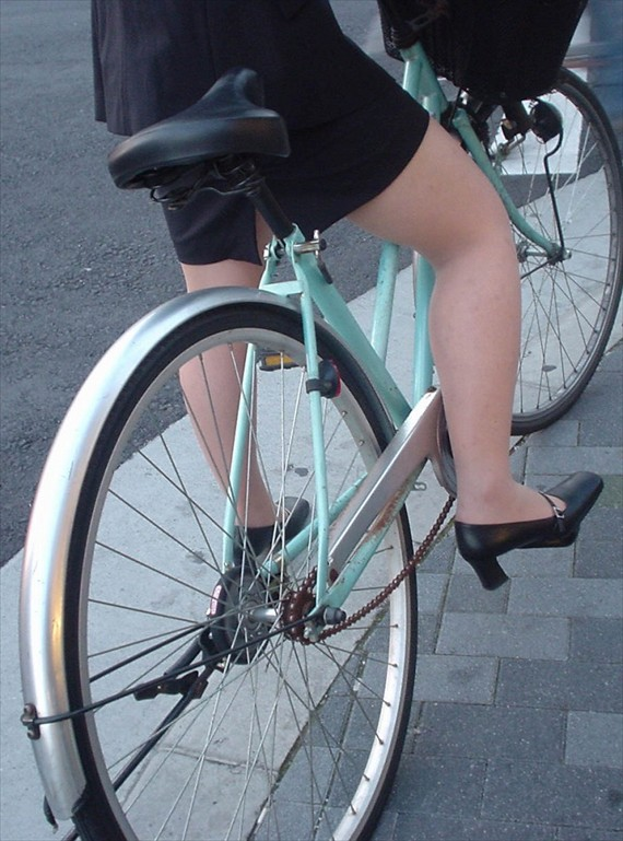 OLが自転車をつま先立ちで漕ぐタイトミニ街撮りエロ画像2枚目
