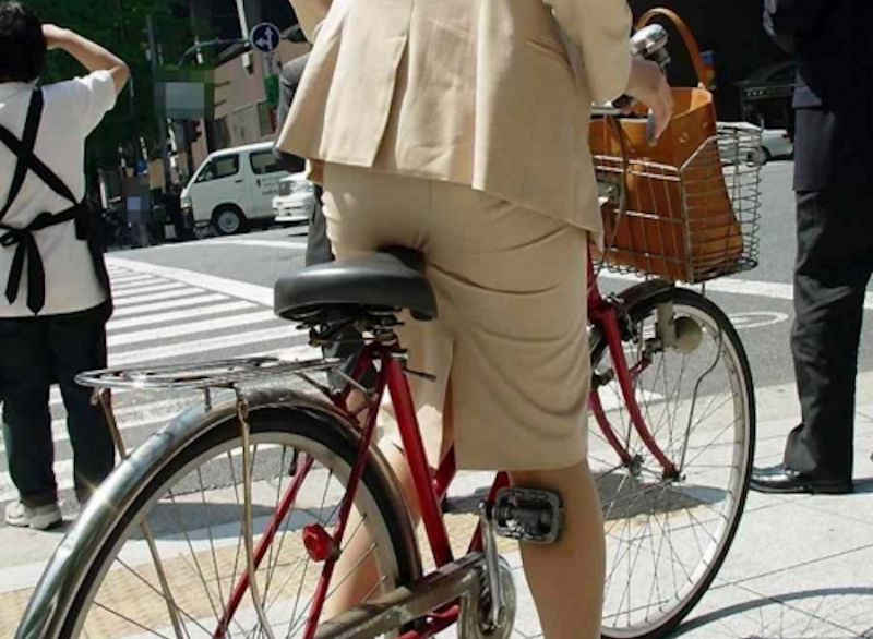 OLが自転車をつま先立ちで漕ぐタイトミニ街撮りエロ画像10枚目