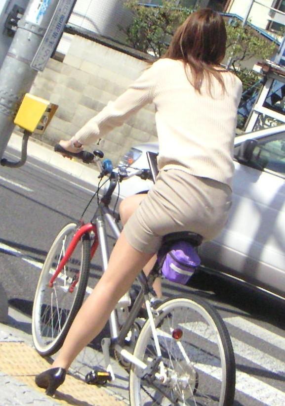 OLが自転車をつま先立ちで漕ぐタイトミニ街撮りエロ画像11枚目