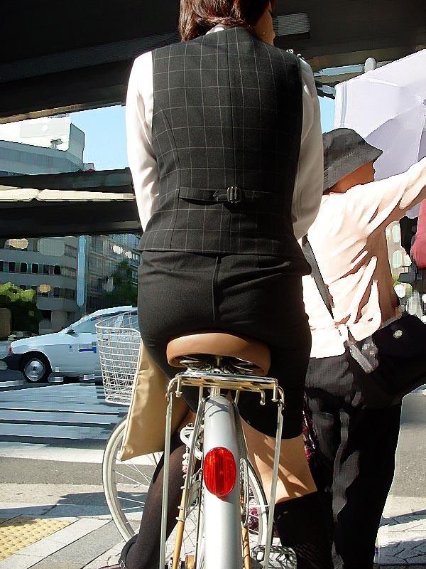 OLが自転車をつま先立ちで漕ぐタイトミニ街撮りエロ画像14枚目