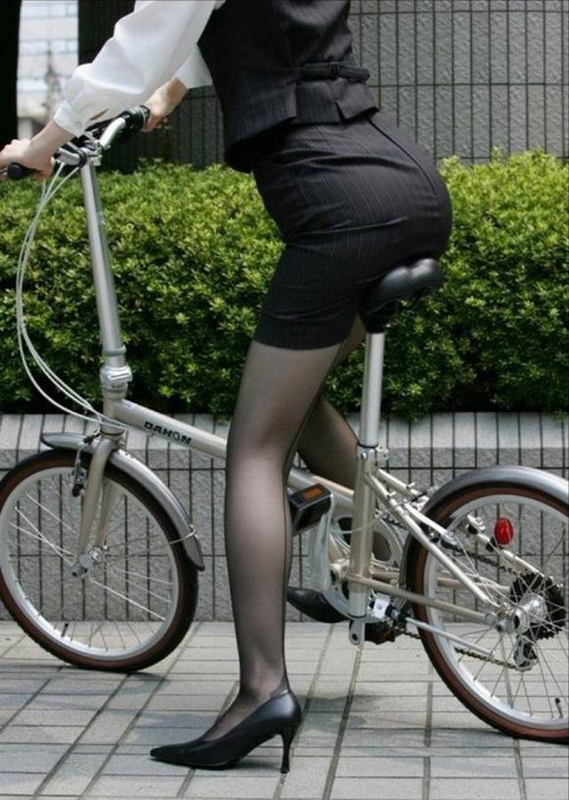 OLが自転車をつま先立ちで漕ぐタイトミニ街撮りエロ画像15枚目